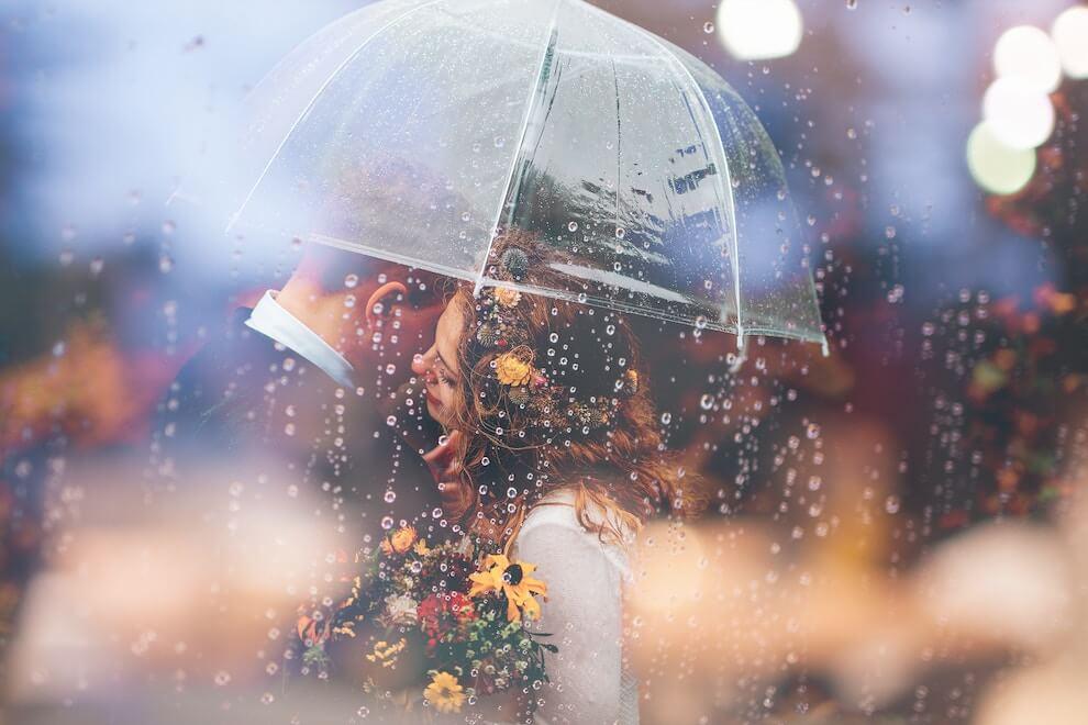 Pärchen zusammen im Regen